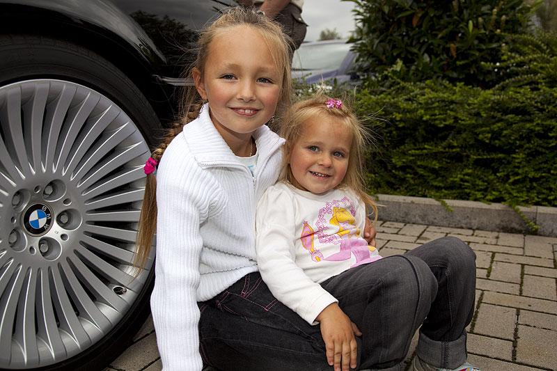 """Anastasia, die siebenjährige Tochter von Polina (""""Engel 07"""") mit der dreijährigen Vivien, Tochter von Holly"""