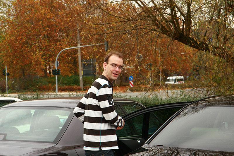 7-forum.com-Betreiber Christian an seinem Auto auf dem Parkplatz