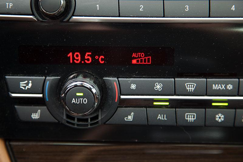 BMW 750i (F01), Klima-Anlage, Black-Panel-Display in der Mittelkonsole