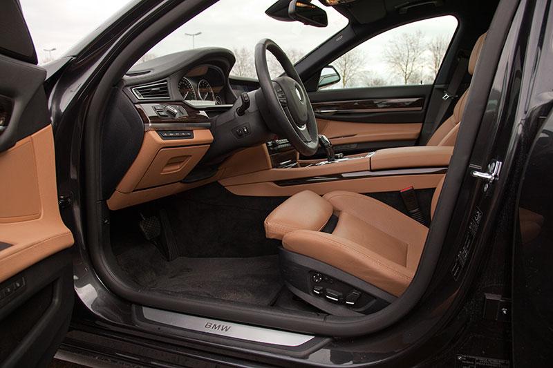 BMW 750i (F01) mit brauner Innenausstattung, Blick in den Fahrerraum