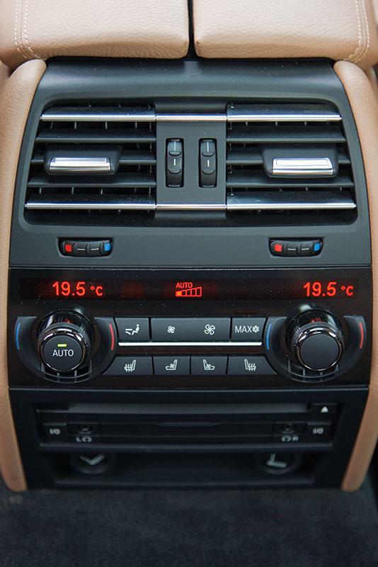 BMW 750i (F01), Mittelkonsole im Fond