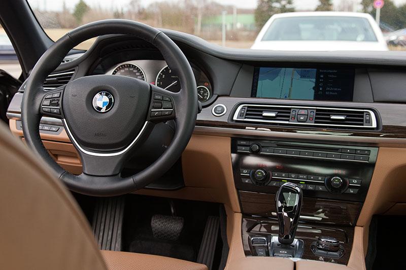 BMW 750i (F01), Blick auf das Cockpit mit Mittelkonsole