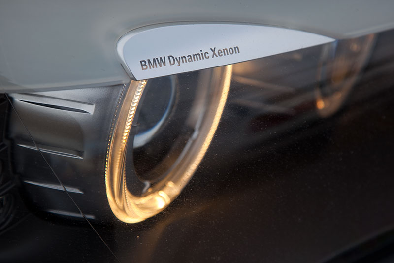 BMW 750i (F01), Dynamik Xenon Schriftzug über den Standlichtringen