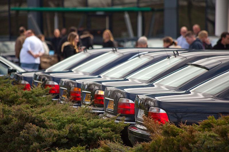 BMW 7er-Reihe in Veenendaal vor dem BMW-Autohaus Ekris