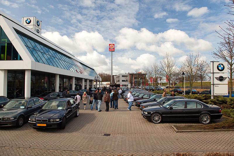 BMW 7er Parken auf dem Parkplatz des BMW Autohauses Ekris in Veenendaal