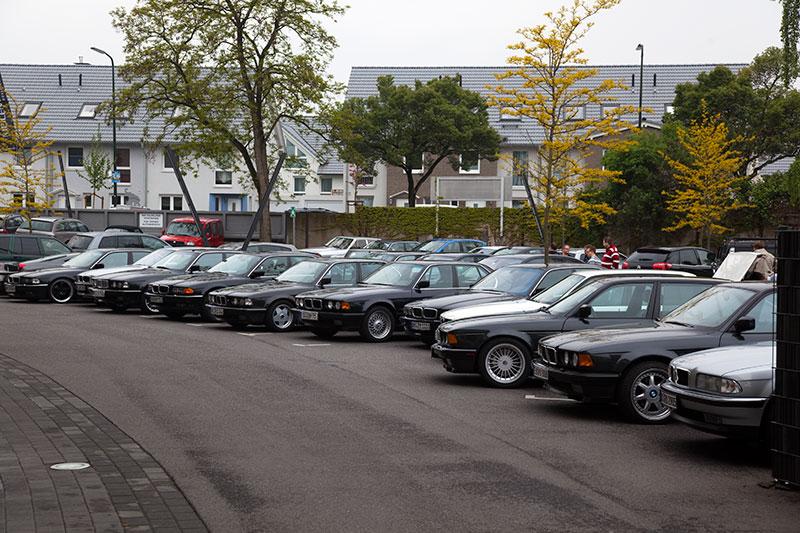 7er-BMWs der Teilnehmer auf dem für die 7er-Fahrer teils abgesperrten Meilenwerk-Parkplatz