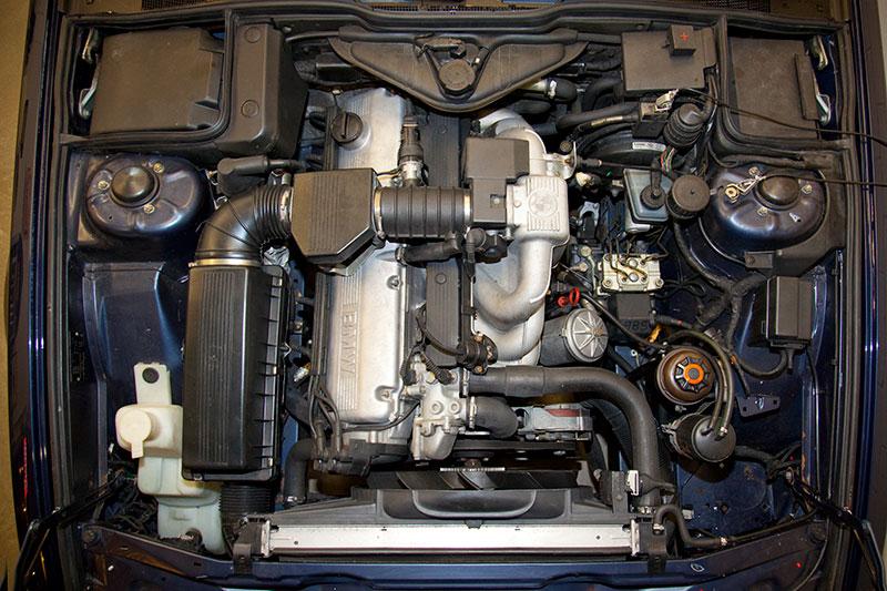 Projekt-Vorstellung Restaurierung eines BMW 730i (E32): Blick in den Motorraum