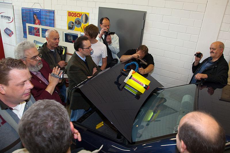 Quasi mit Hammer und Meißel erwirkte der Beulendoctor Wunder an der Heckklappe des BMW 730i.