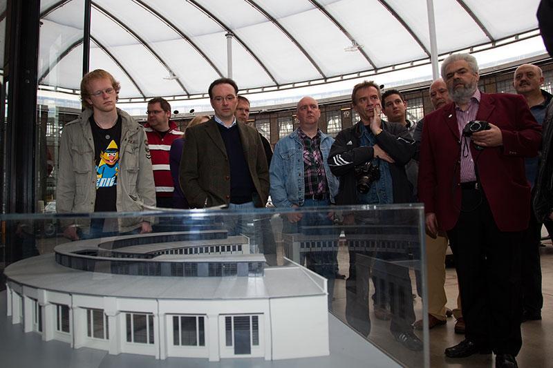 Die Teilnehmer am Modell des einstigen Ring-Lok-Schuppens, in dem nun das Meilenwerk seine Heimat gefunden hat.