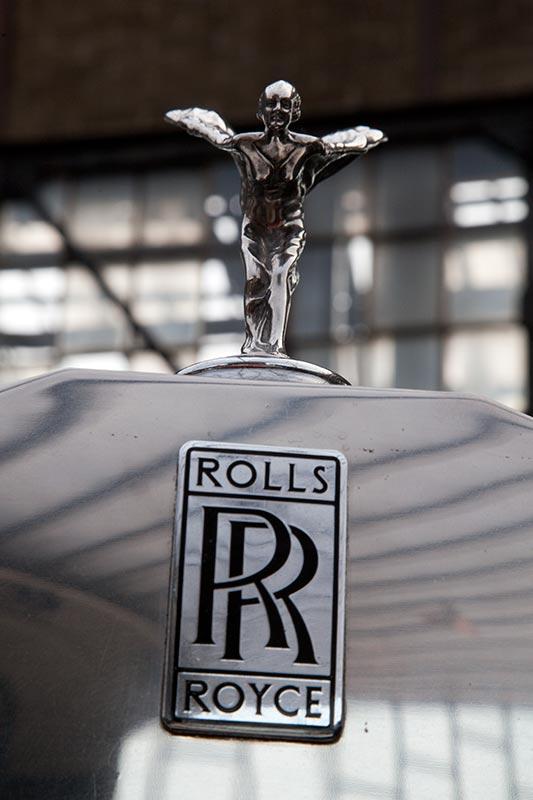 Rolls-Royce Phantom VI mit seiner Emily auf der Motorhaube