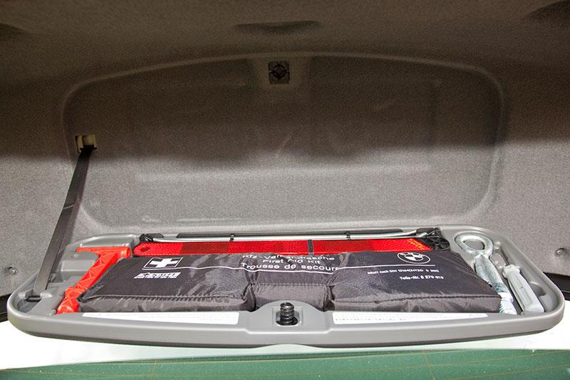 foto warndreieck verbandskasten und werkzeug im heckklappen deckel des bmw 750li f02. Black Bedroom Furniture Sets. Home Design Ideas