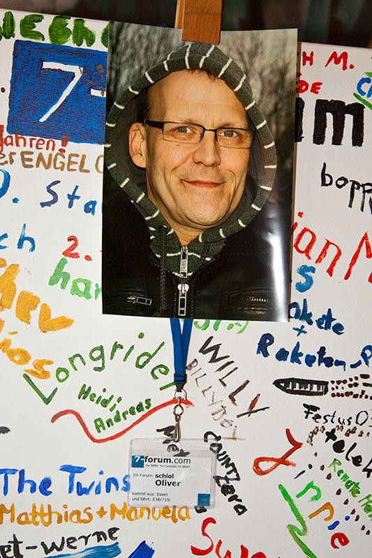 Ein Foto von Oliver ('schiol') am Stammtischplakat im Café del Sol, auf der Rückseite kondulierten die Stammtischler