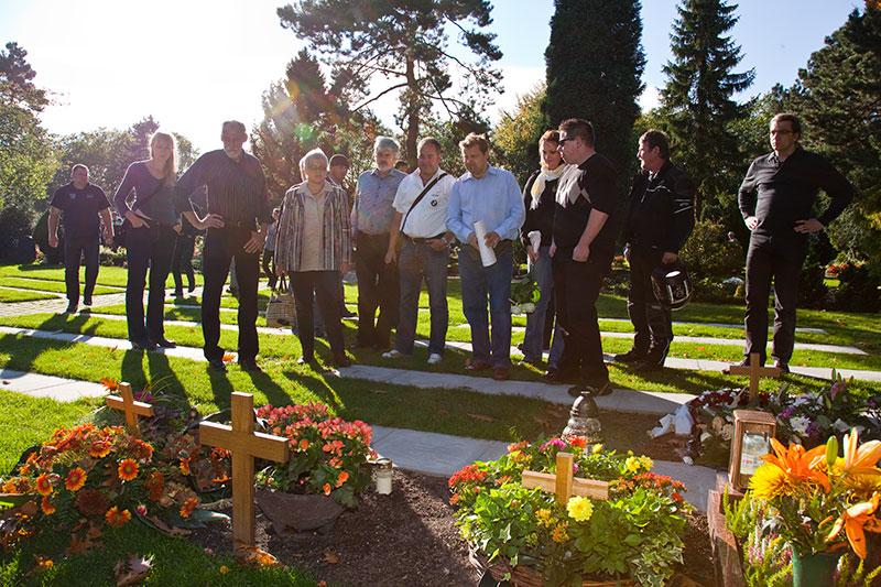 7er-Stammtischler am Grab von Oliver ('schiol') auf dem Friedhof in Bochum-Gerthe