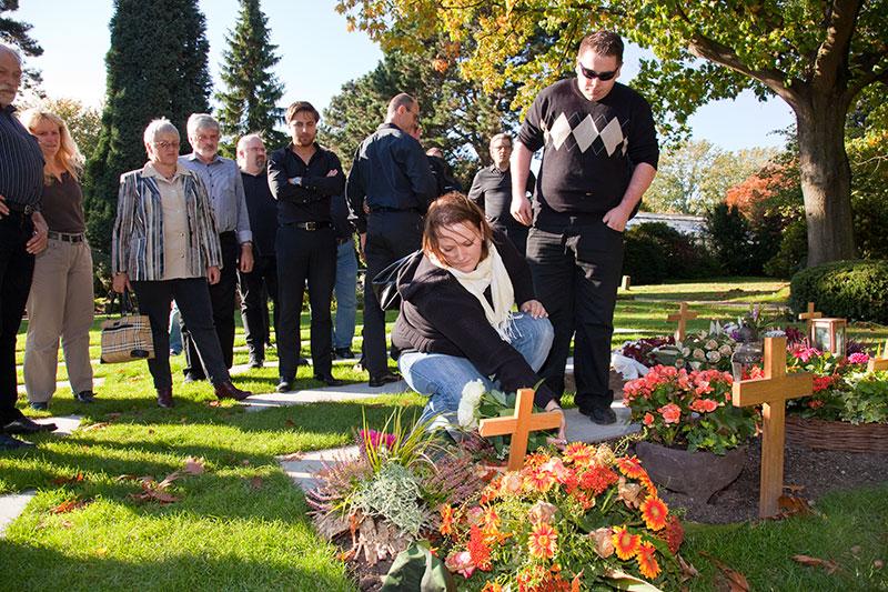 Stammtischteilnehmer am Grab von Oliver ('schiol') in Bochum