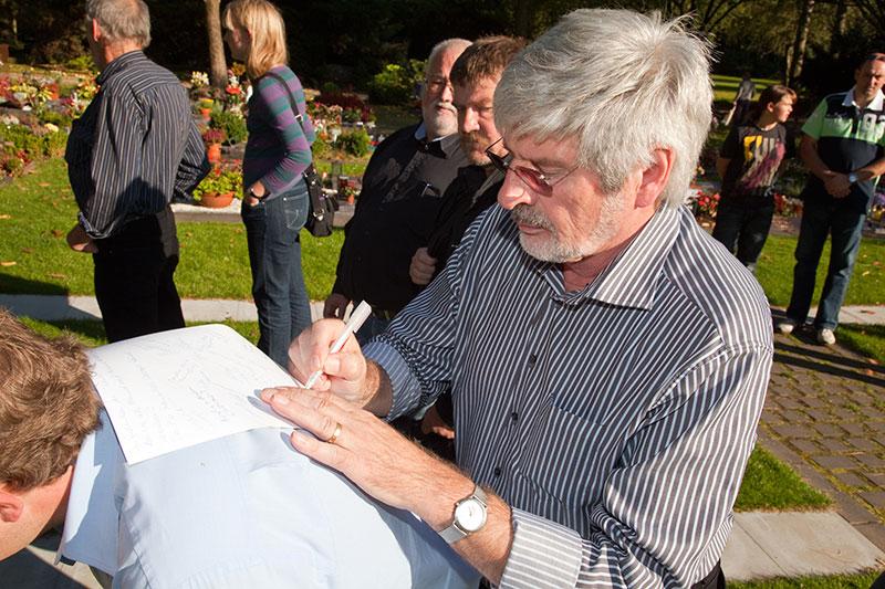 Eberhard ('EV 30') unterzeichnet die Kondulenzliste