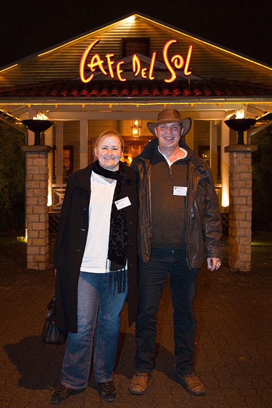 Stammtischorganisatoren Kerstin ('V8 Beppina') und Michael ('Beppo7') abends vor der Stammtisch-Lokalität Café del Sol in Hildesheim