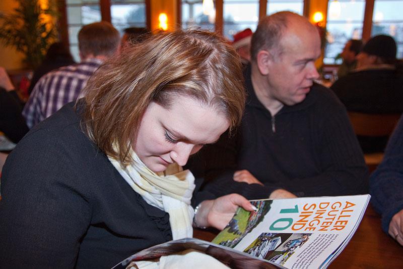 Janine ('pandora1112') liest in der jüngsten Ausgabe der BMW Scene, in der ein Bericht über das BMW-Treffen auf Pauls Bauernhof zu finden ist, inkl. Foto vom 7-forum.com Stand.