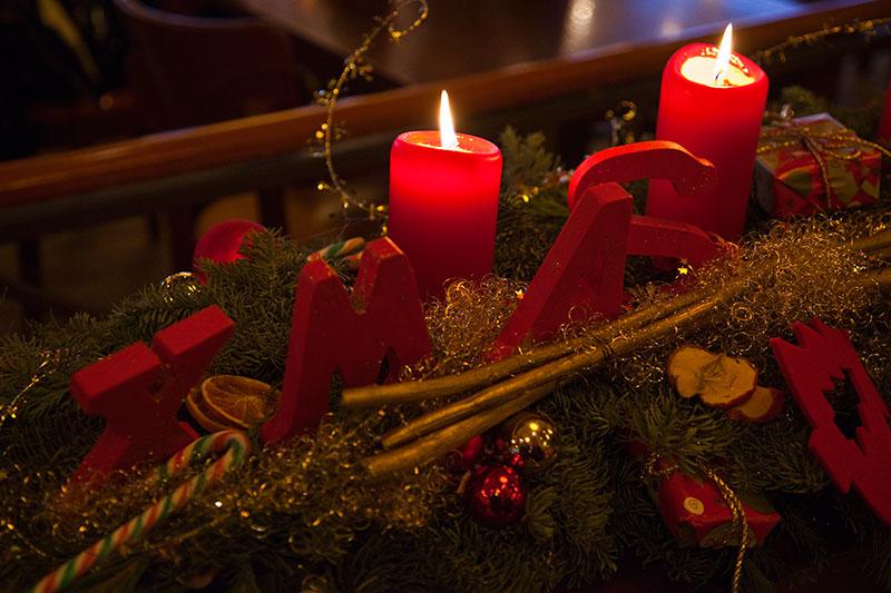 Adventsgesteck im Café del Sol beim Weihnachtsstammtisch der 7er-Freunde Rhein-RuhrI
