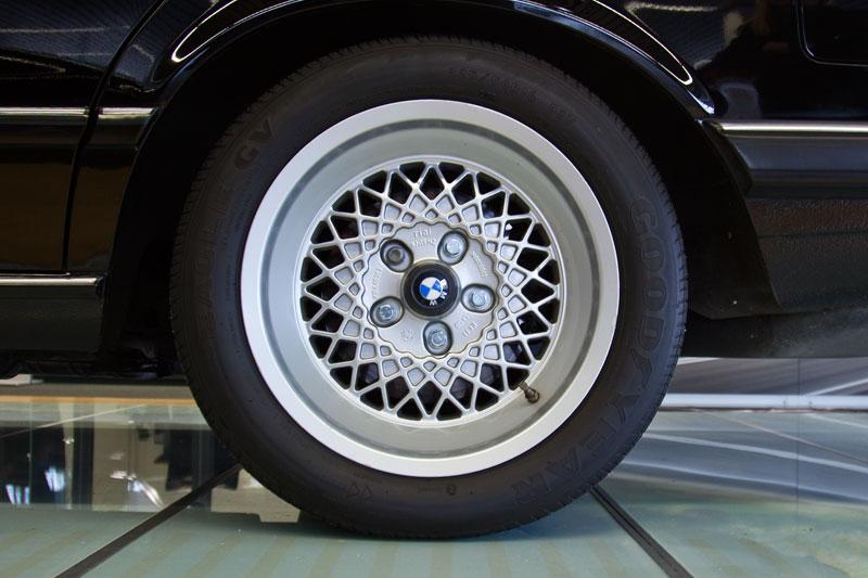 BMW Alufelge auf dem BMW 745i (E23)