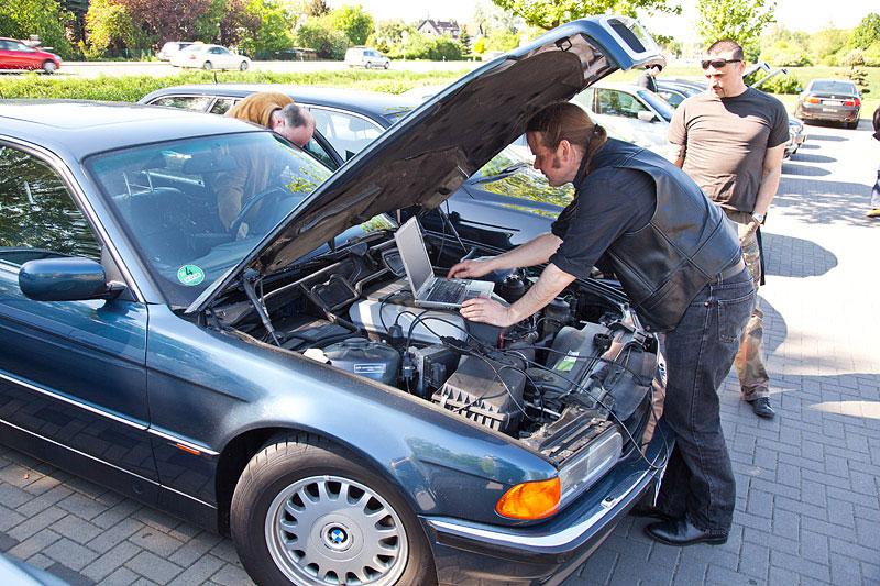 Michael ('McTube') checkt den Fehlerspeicher des BMW 740i (E38) von Helmut ('helmi-sg')