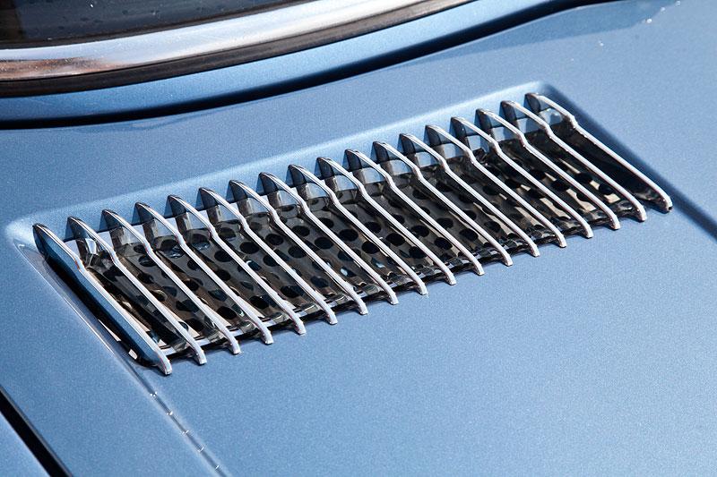 Lüftungsgitter auf der Motorhaube des BMW 2800 Automatic (E3)