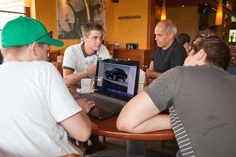 Julian ('juelz', links) zeigte Fotos von seinem Auto
