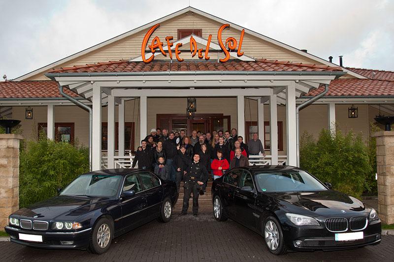 Gruppenfoto mit Forums-Schornsteinfeger Alain ('Alien') vor dem Café del Sol