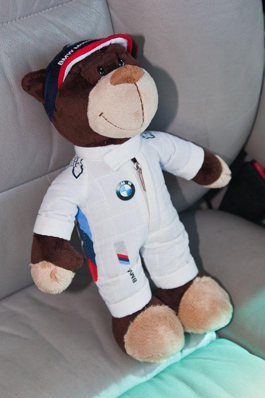 Rudi begleitet Ulli ('Jeff Jaas') auf dem Beifahrersitz