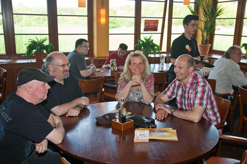 im Stammtischlokal Café del Sol: Ralf ('MetalOpa'), Organisator Volker ('CountZero') und Conny mit Uwe ('Raumgleiter')