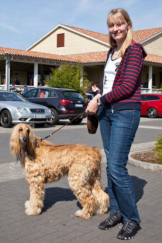 Viola ('*Phoebe*') mit dem afghanischen Windhund namens Sassy von Aloys