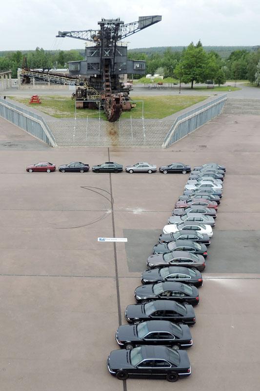 eine 7, gebildet aus den Teilnehmer-Fahrzeugen in der Ferropolis