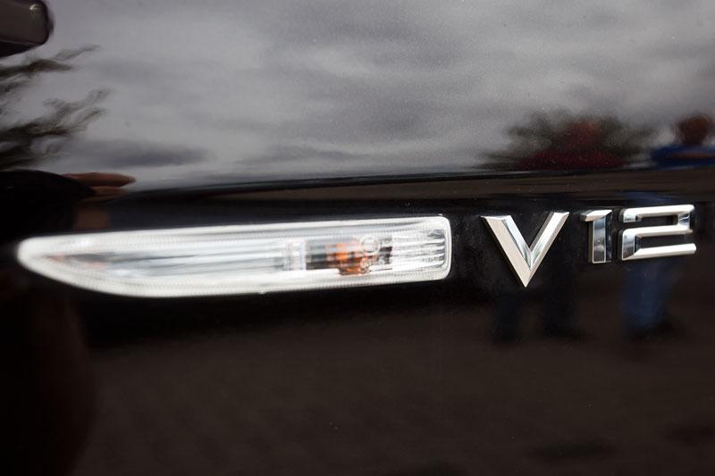 seitliches V12 Schild am BMW 760Li Individual (E66 LCI) von Gregor ('Gregor1969') beim Rhein-Ruhr-Stammtisch