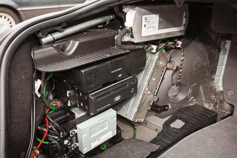 Blick in den Kofferraum des BMW 760Li von Gregor ('Gregor1969') mit Problemen an einer Endstufe, die offenbar durch eindringende Feuchtigkeit ausgelöst wird