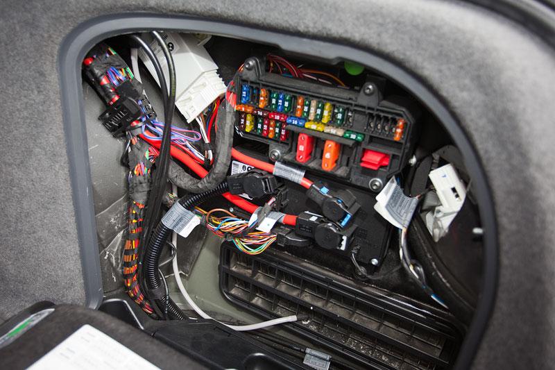 auf der anderen Kofferraumseite hat BMW über einen Schlauch eine Lösung gefunden, eindringende Feuchtigkeit durch die Heckklappe abzuführen