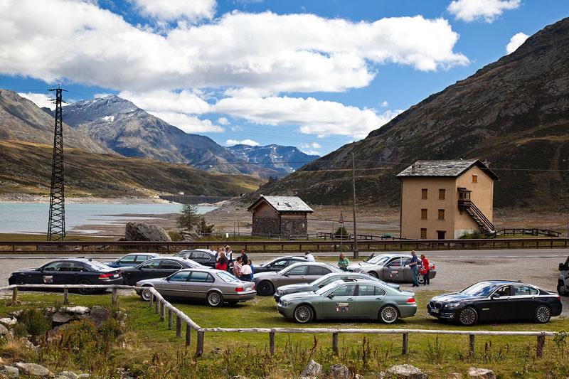 Zwischenstopp des 7er-Konvois an einem Bergsee