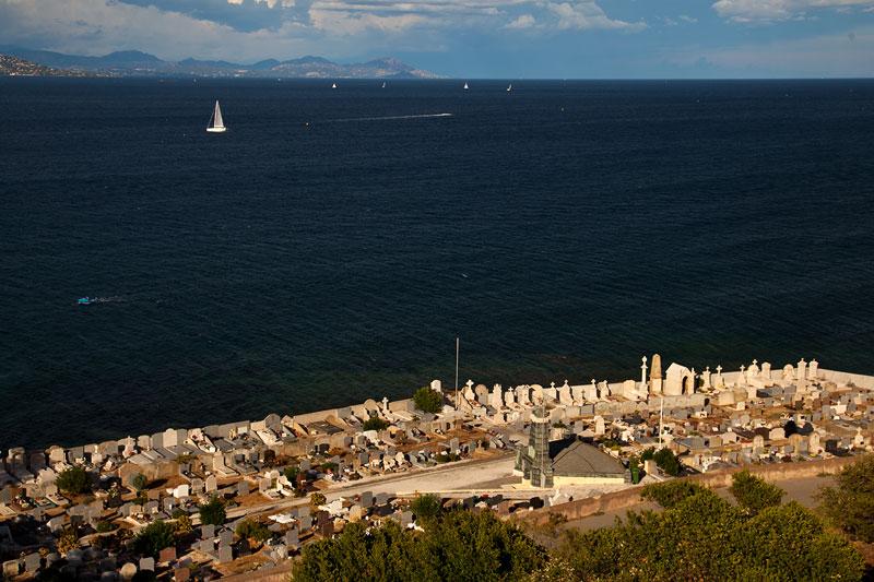 Blick von der Zitadelle auf den Friedhof von Saint-Tropez und den Golf von Saint-Tropez