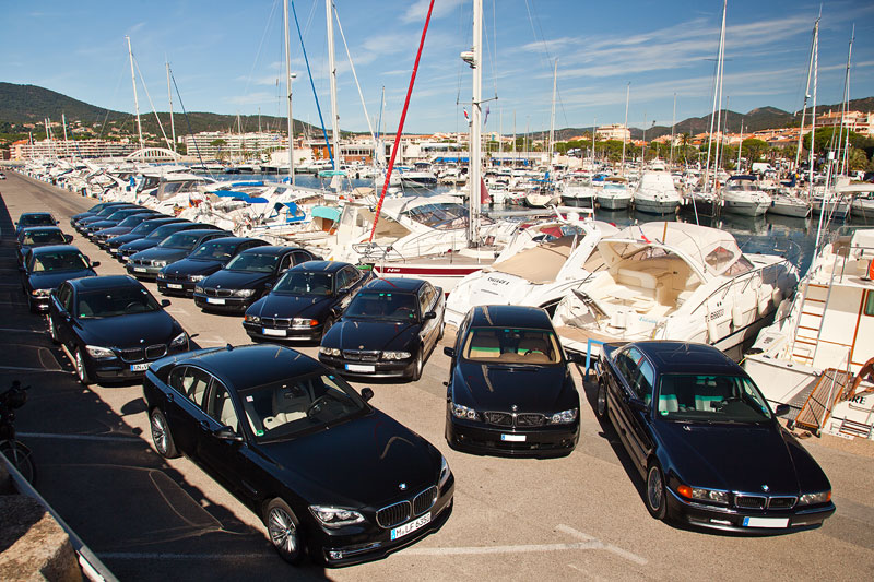 Gruppenfoto der 7er-BMWs im Hafen von Sainte Maxime