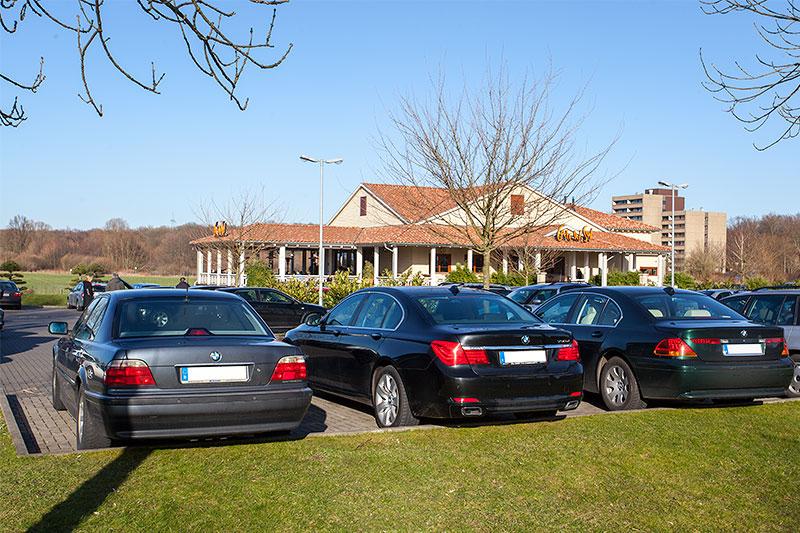 BMW 7er-Reihe auf dem Stammtischparkplatz am Café del Sol in Castrop-Rauxel
