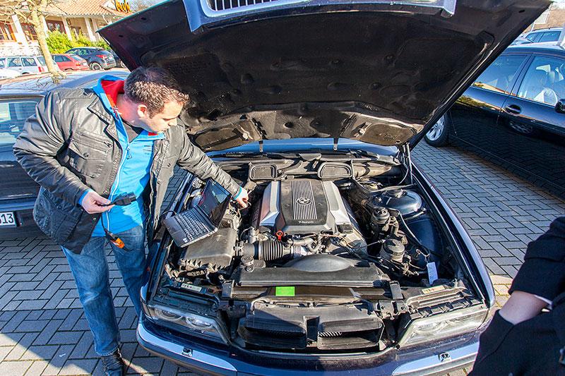 Daniel ('Daniel') kümmert sich um den BMW 735i (E38) von Marco ('Back-on-Mars') der das Auto jüngst von Giray ('BMW-Freak') erwarb