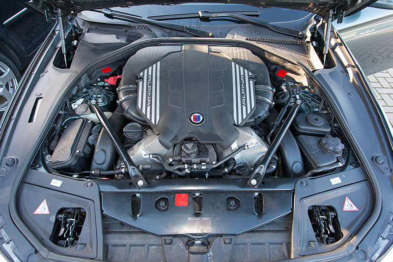 der Alpina V8 Motor mit 507 PS ist ggü. dem BMW Serien-V8-Motor N63 u. a. mit neuen Turboladern und neuen Kolben ausgestattet