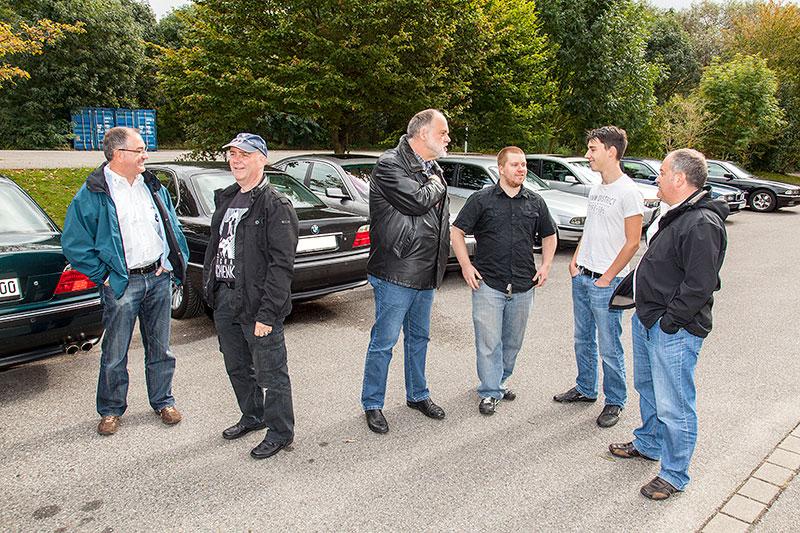 Stammtisch-Teilnehmer auf dem 7er-Parkplatz nahe des Wickrather Brauhauses