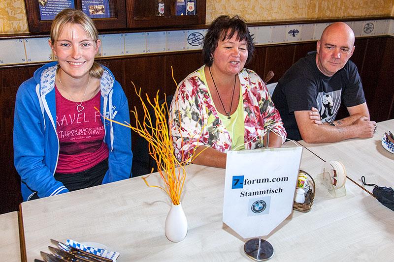 Viola ('*Phoebe*'), Brigitte und Ralf ('MetalOpa') beim 100. Rheinischen BMW 7er Stammtisch