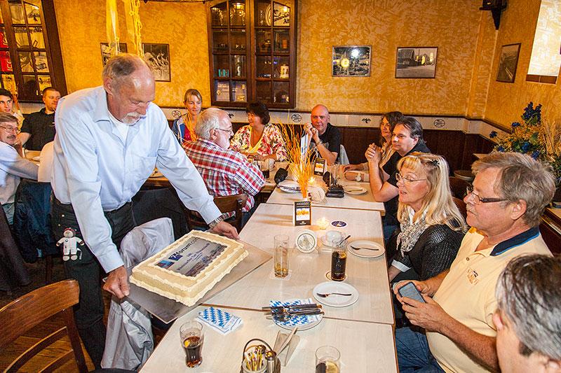 Walter ('wbwaldi') zeigt den von ihm organisierten Jubiläumskuchen