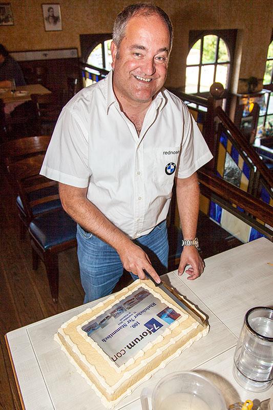 Stammtisch-Organisator Rudi ('rednose') teilte die Jubiläumstorte in 30 Stücke