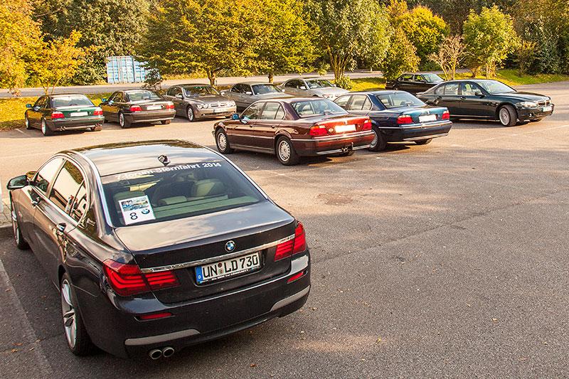 BMW 7er-Parkplatz beim 100. Rheinischen BMW 7er Stammtisch, vorne ein BMW 730Ld (F02) mit Sternfahrt-Kennzeichnung