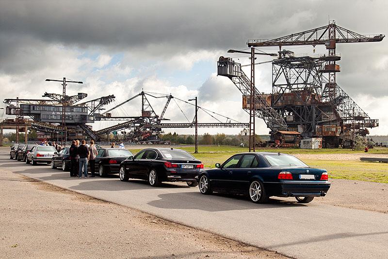 BMW 7er-Autoschlange vor der Ferropolis, hinten der BMW 740i (E38) von Thomas ('7mer')