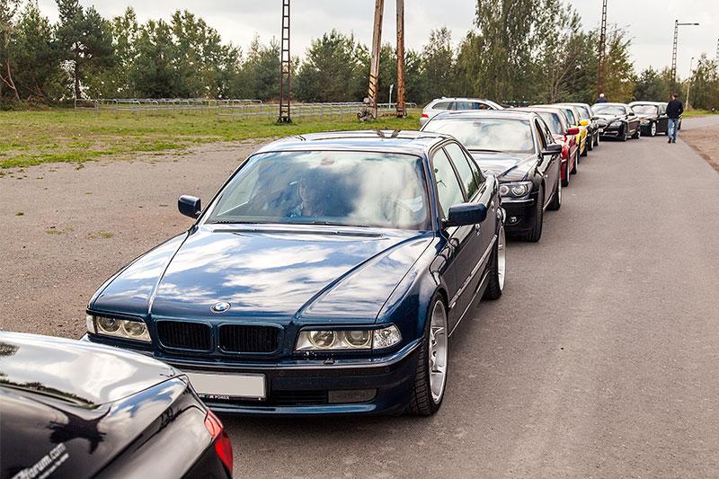BMW 7er-Autoschlange vor der Ferropolis