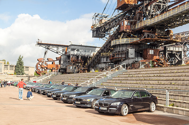 die Teilnehmer parkten ihre BMWs in der Ferropolis Arena vor dem 125 m langen Gemini Absetzer