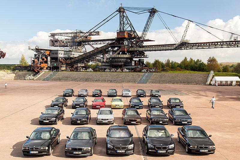 Gruppenfoto der teilnehmenden 7er-BMWs in der Ferropolis-Arena