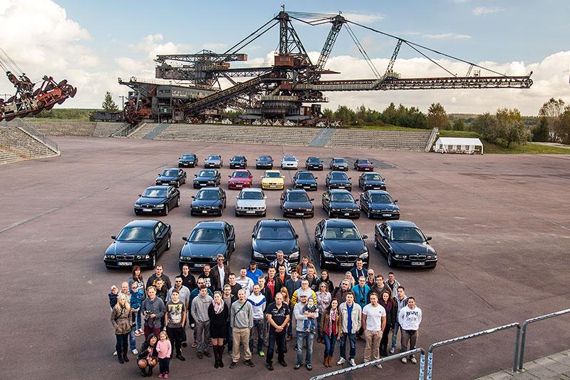 Gruppenfoto in der Ferropolis-Arena mit den Teilnehmer, den 7er-BMWs und dem Gemini Absetzer